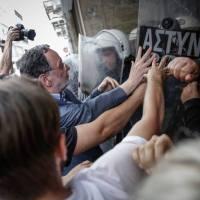 GRÈCE: VENTES AUX ENCHÈRES DES MAISONS DE LA CLASSE POPULAIRE… LA MATRAQUE POUR SEULE RÉPONSE DE TSIPRAS.